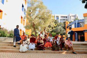 Ibu Ririt beserta Mahasiswa Universitas Budi Luhur mengenakan pakaian tradisional India. Saree untuk Mahasiswi dan Kurta untuk Mahasiswa