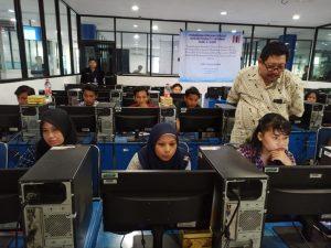 Tim pelaksana memantau kegiatan latihan peserta